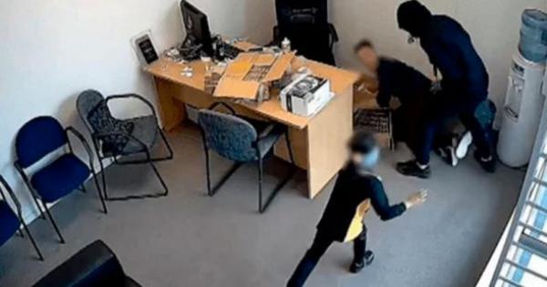 Niña de seis años enfrenta a un ladrón armado con un hacha