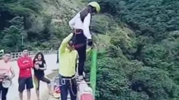 Joven salta en bungee y se estrella en río