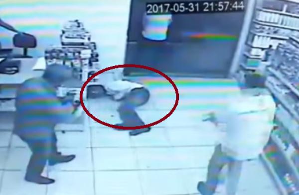 Entró a robar a una farmacia llena de policías y lo mataron