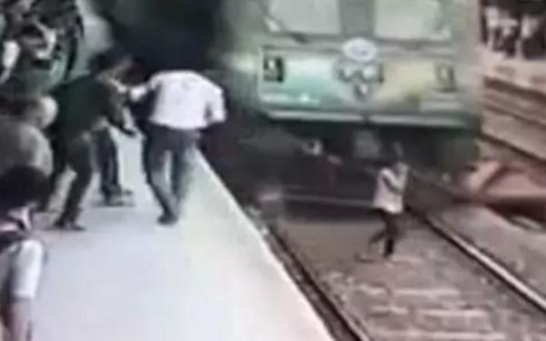 El impactante momento en el que un tren arrolla a una joven