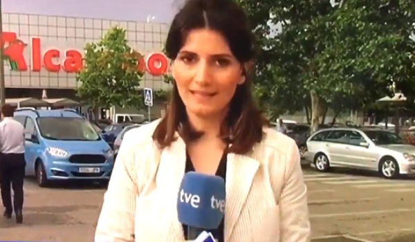 Reportera se equivoca en vivo y sale corriendo