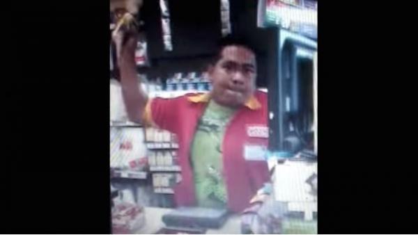 Se enoja empleado y arroja café hirviendo a clientes