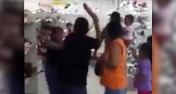 Dos mujeres se pelean por unos zapatos durante el Buen Fin